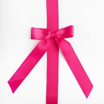 Ruban rose avec noeud sur blanc