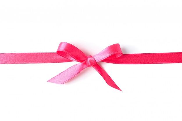 Ruban rose avec noeud isolé sur blanc