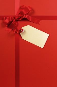 Ruban rouge cadeau fond avec étiquette de cadeau