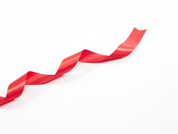 Ruban rouge courbé isolé sur blanc