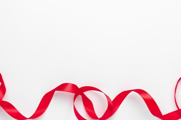 Un ruban rouge sur fond blanc.