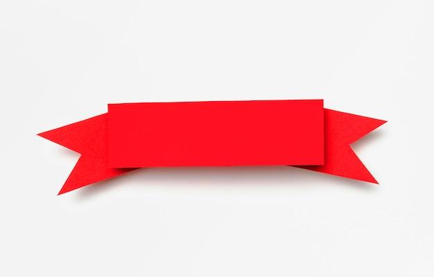 Ruban rouge sur fond blanc