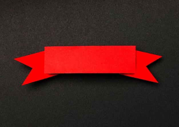 Ruban rouge sur fond noir