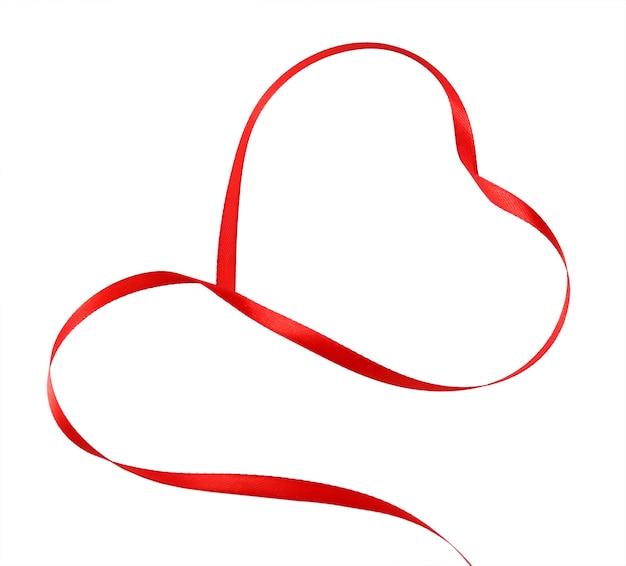 Ruban rouge en forme de coeur isolé sur blanc