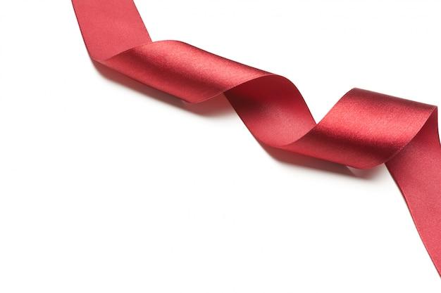 Ruban rouge isolé sur blanc
