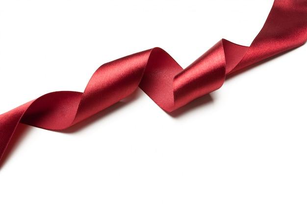 Ruban rouge isolé sur fond blanc