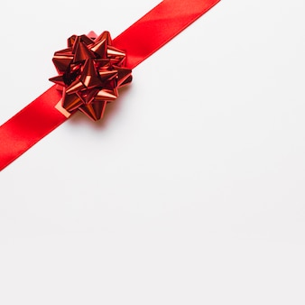 Ruban rouge avec noeud brillant