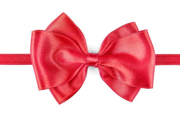 Ruban rouge avec noeud isolé sur blanc