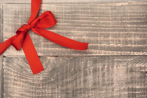 Ruban rouge sur les planches de bois