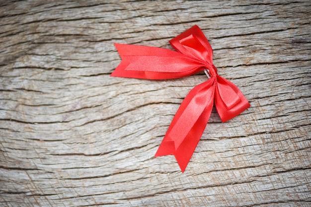 Ruban rouge sur table en bois
