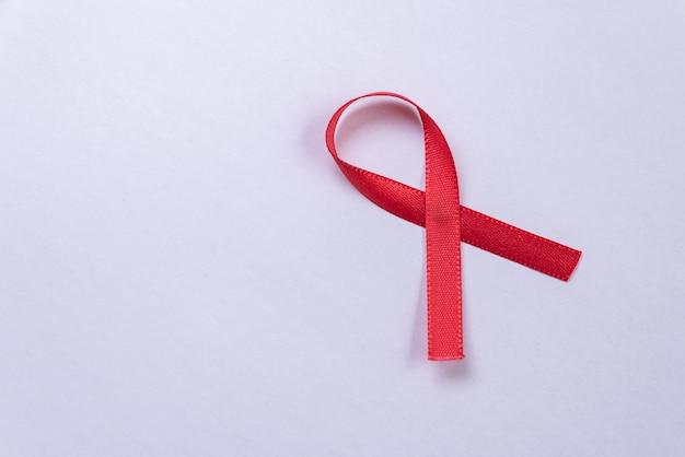 Ruban rouge sur tableau blanc