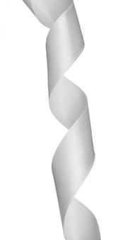 Ruban de satin argent vertical isolé sur blanc