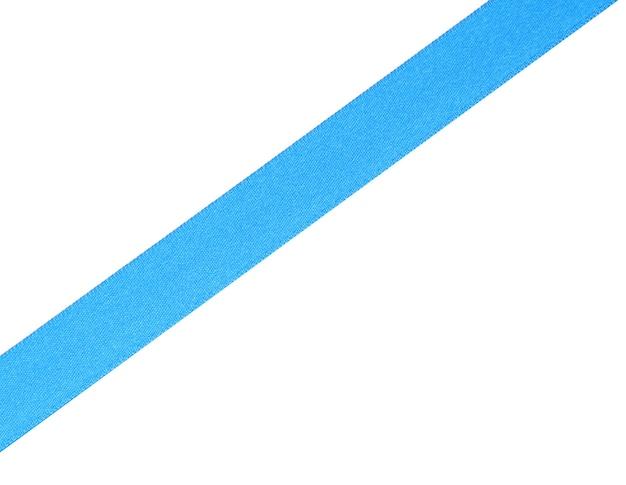 Ruban de satin bleu isolé sur blanc