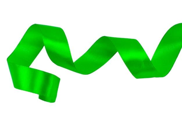 Ruban de satin vert isolé sur fond blanc avec un tracé de détourage.