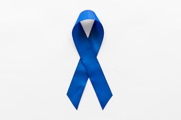 Ruban de sensibilisation bleu foncé sur fond blanc