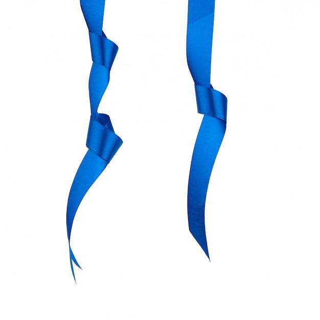 Ruban de soie bleu foncé suspendu à un nœud et isolé sur blanc