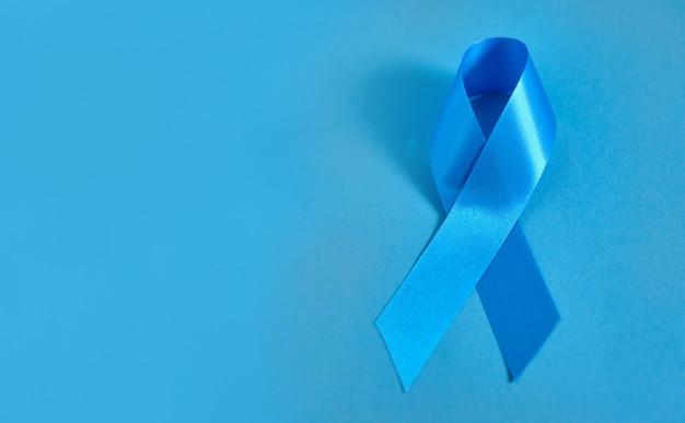 Ruban symbolique bleu sur une surface bleue