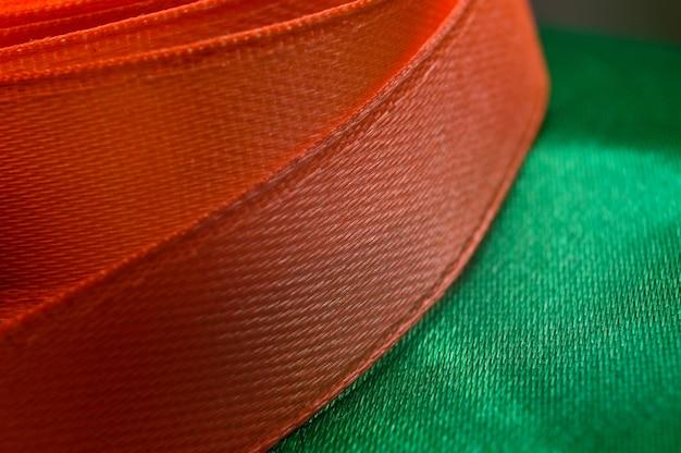 Ruban de tissu de différentes couleurs torsadé en ellipse. fermer.