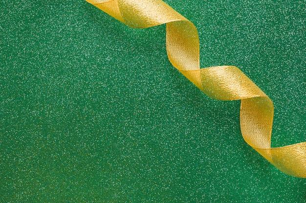 Ruban tourbillonnant sur fond vert