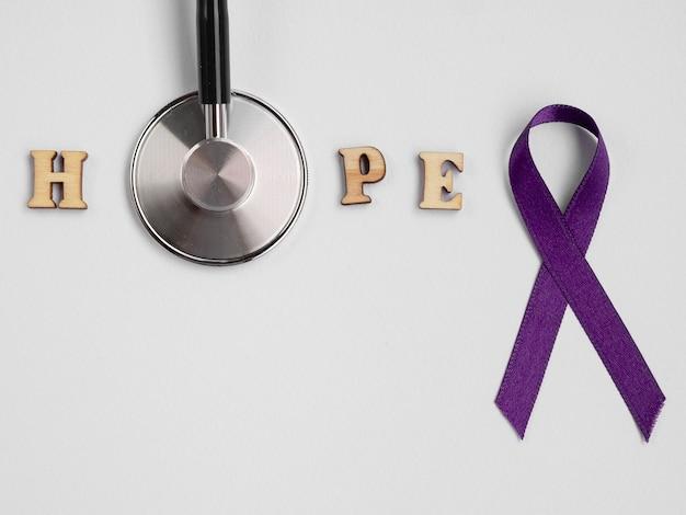 Ruban violet avec stéthoscope