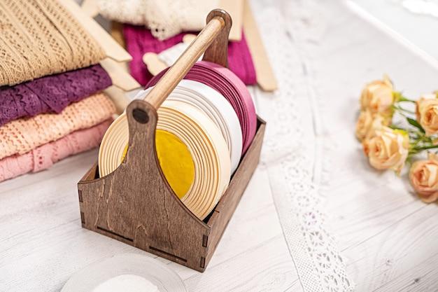 Rubans colorés et dentelle en bobines pour la broderie de loisirs