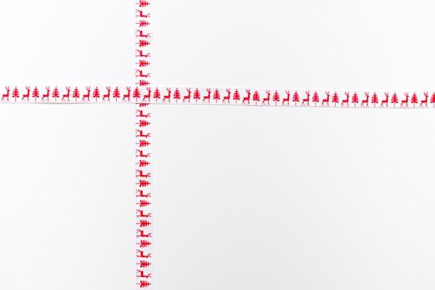 Rubans croisés à motifs isolés sur blanc