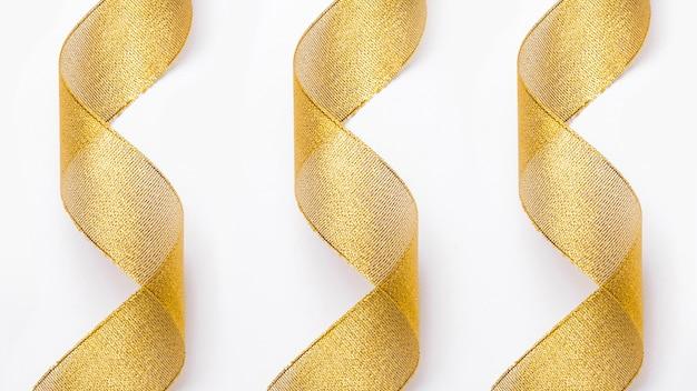 Rubans dorés transparents en arrière-plan