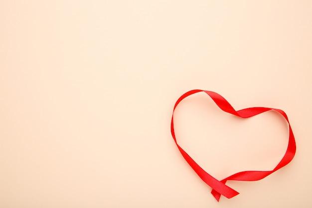 Rubans en forme de coeurs sur beige, concept de la saint-valentin