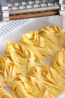 Rubans de pâtes tagliatelles italiennes fraîchement préparées