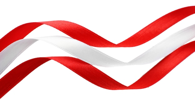 Rubans rouges et blancs colorés isolés sur blanc