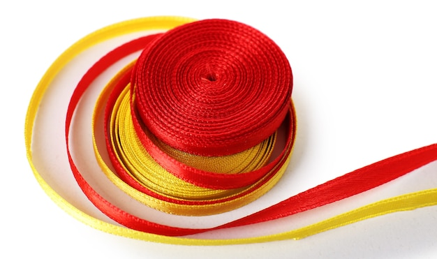 Rubans rouges et jaunes colorés isolés sur blanc
