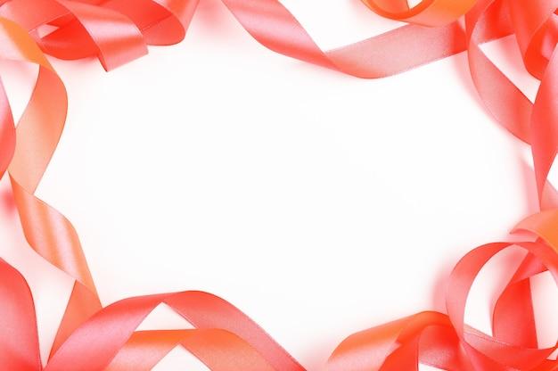 Rubans de soie vue de dessus de cadre vide sur fond blanc