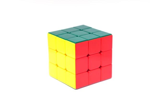 Rubik isolé sur fond blanc