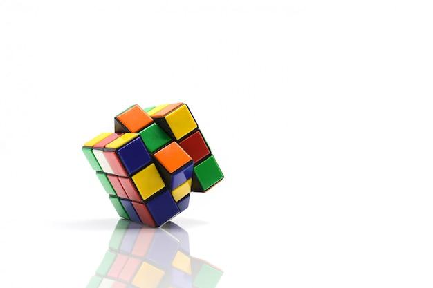 Rubik's cube sur blanc.