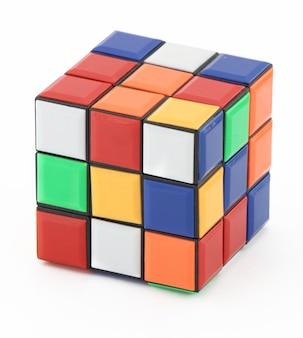 Rubik's cube isolé sur blanc avec un tracé de détourage