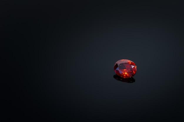 Rubis rouge sur la table de brillance du dos