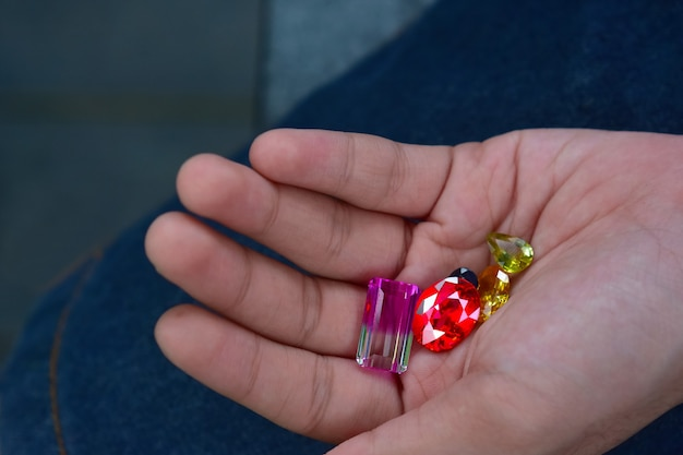 Ruby est un bijou rouge beau par nature pour fabriquer des bijoux coûteux
