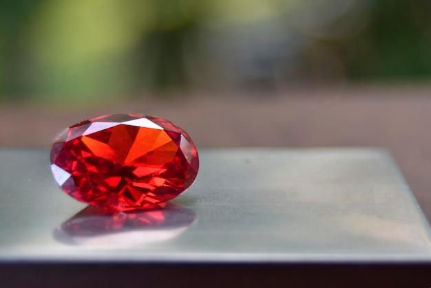 Ruby is red gem belle par nature pour faire des bijoux coûteux