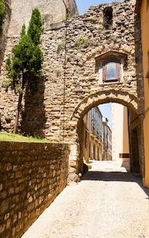 Rue antique avec arche