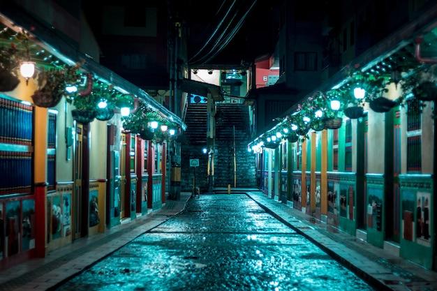Rue colorée après la pluie