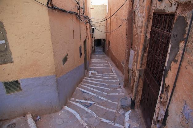 La rue dans la médina de la ville de ghardaïa, désert du sahara, algérie