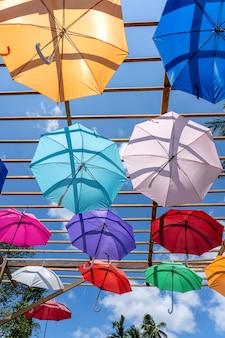 Rue décorée de parapluies colorés, île de koh phangan, thaïlande. parapluies colorés suspendus, à l'extérieur