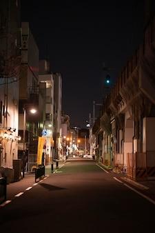 Rue du japon nocturne avec des lumières