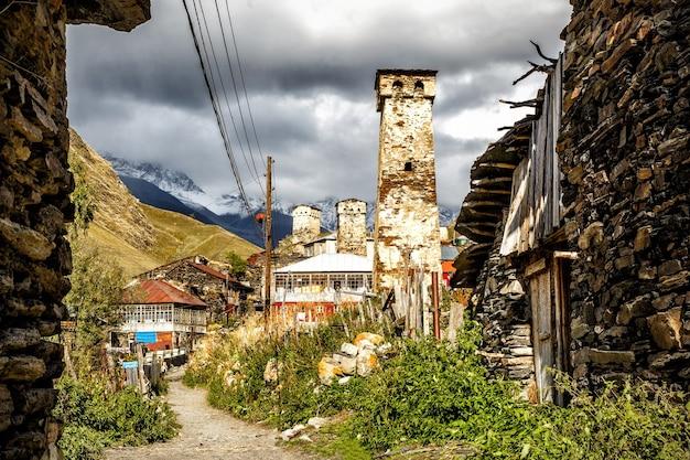 Rue du village d'ushguli au pied du mont. shkhara