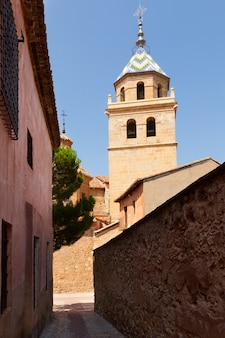 Rue avec église à albarracin. aragon