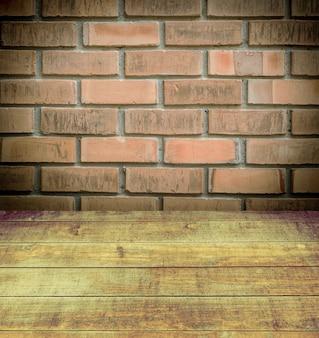 Rue avec entrepôt mur de briques