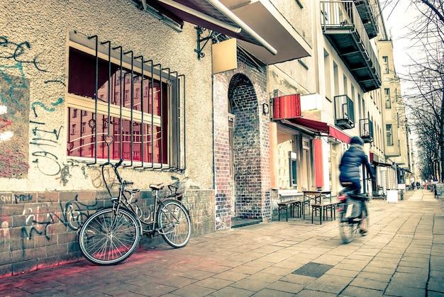 Rue étroite dans l'ancien côté est de berlin - filtre vintage