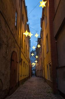Rue étroite dans le vieux centre de riga, lettonie