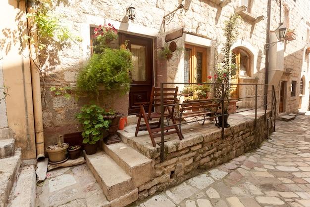 Rue étroite de la vieille ville décorée de pots et de fleurs