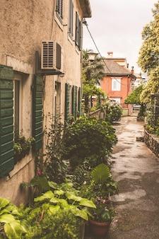 La rue étroite de la ville de kotor au monténégro
